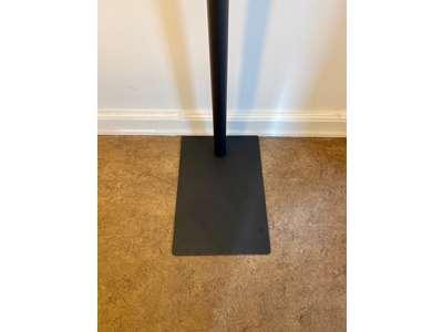 Dispenser til håndsprit. Berøringsfri  med gulvstander i mat sort stål