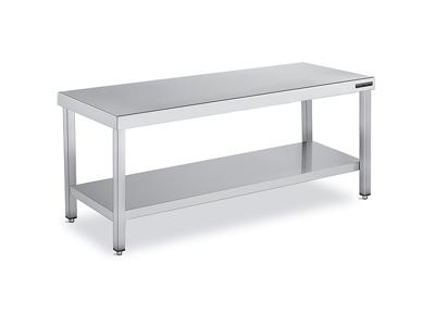 Mesa con estante de fondo