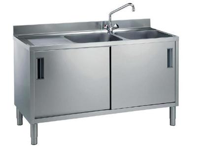 Skåp med 2 vaske til höger och 2 skjutdörrar